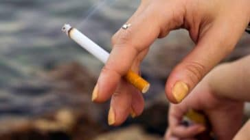 ongles mains jaunes nicotine cigarette fumer