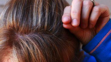 cheveux gris apparition