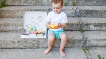 enfant donut gourmandise grignotage