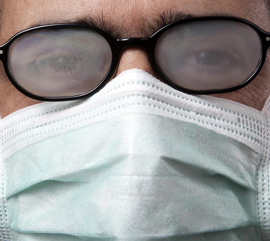 buée sur les lunettes à cause d'un masque de protection coronavirus covid-19