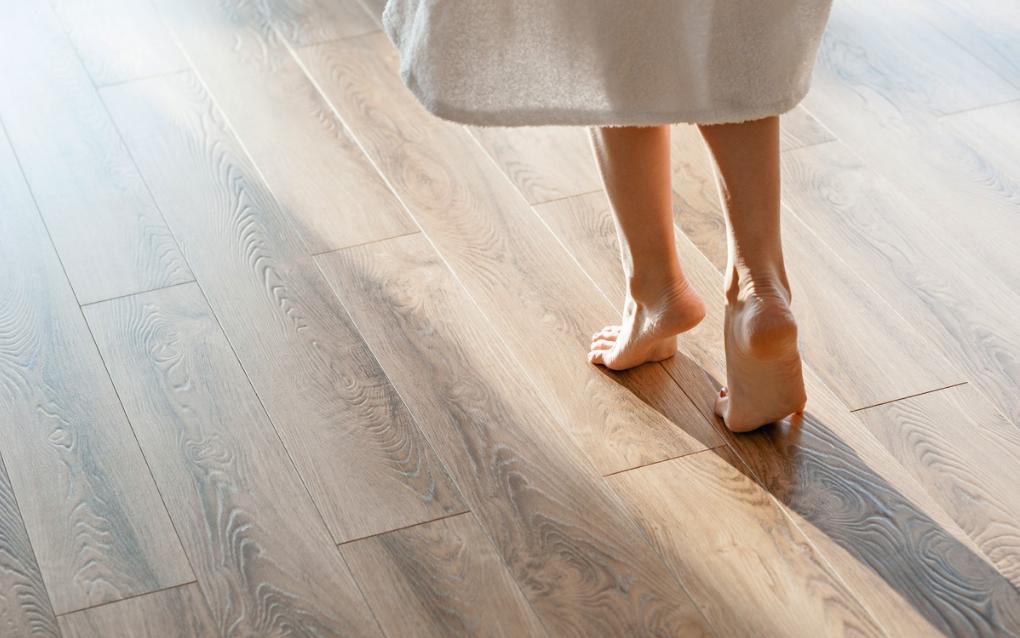 marcher sur parquet sol en bois plancher