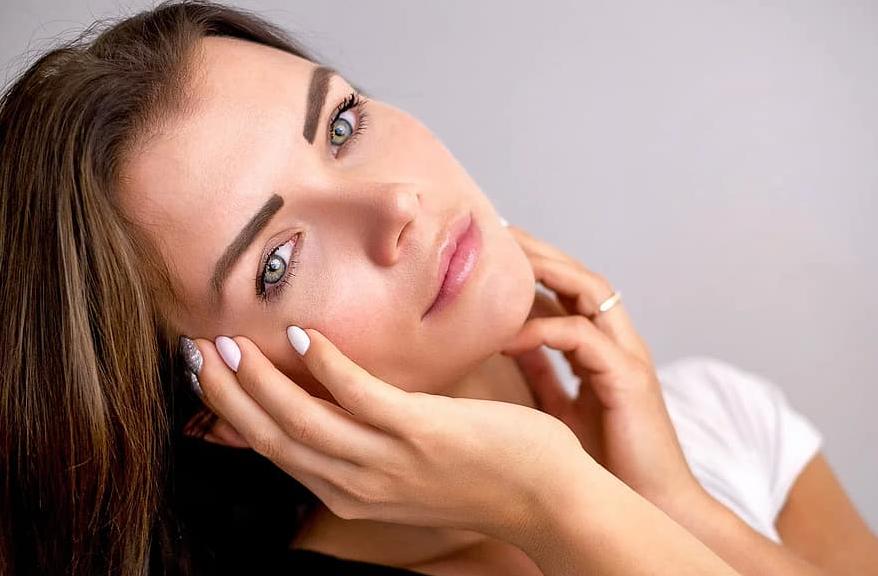 femme visage ongles