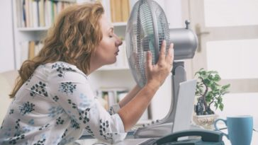 femme ventilateur chaleur canicule
