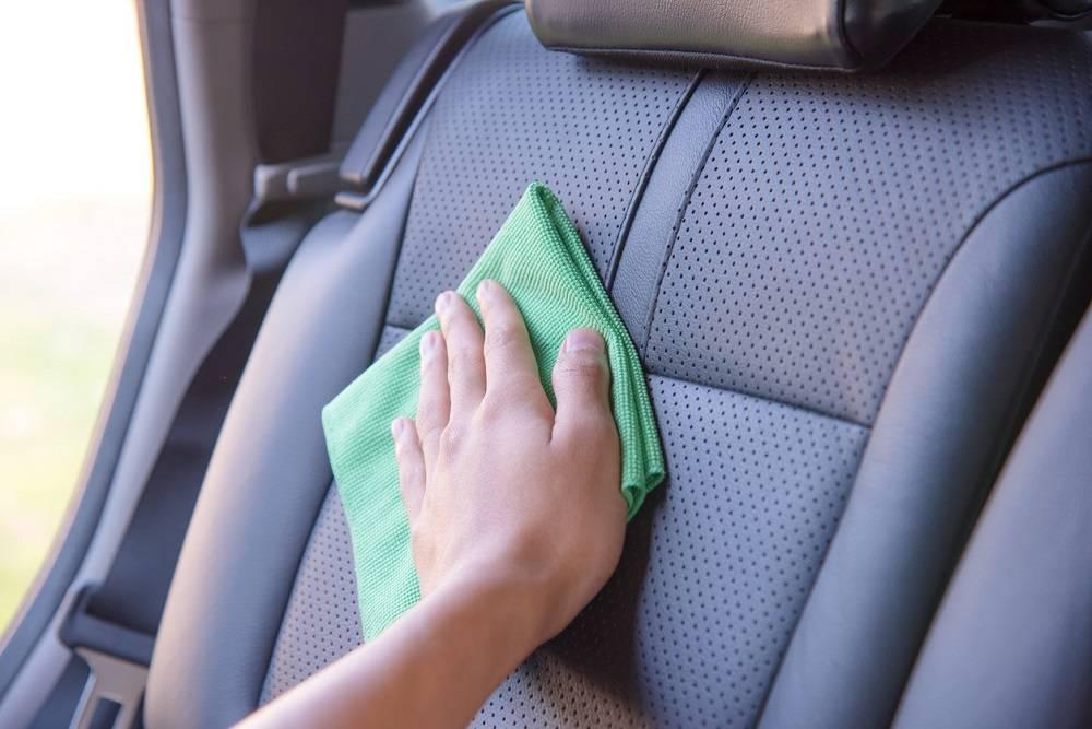 nettoyer sièges de voiture en cuir