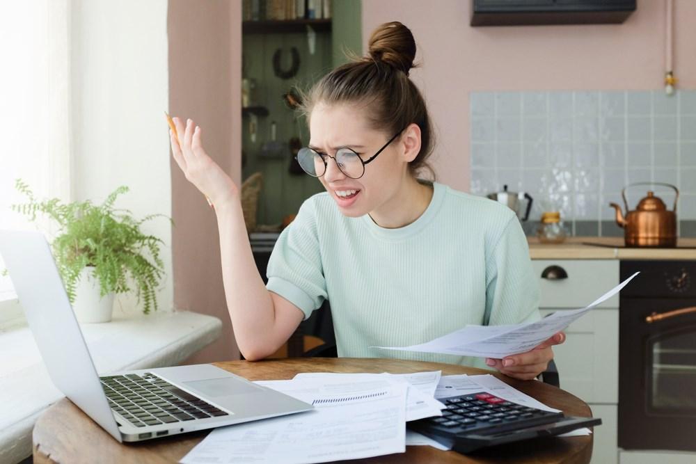 femme comptabilité factures internet ordinateur