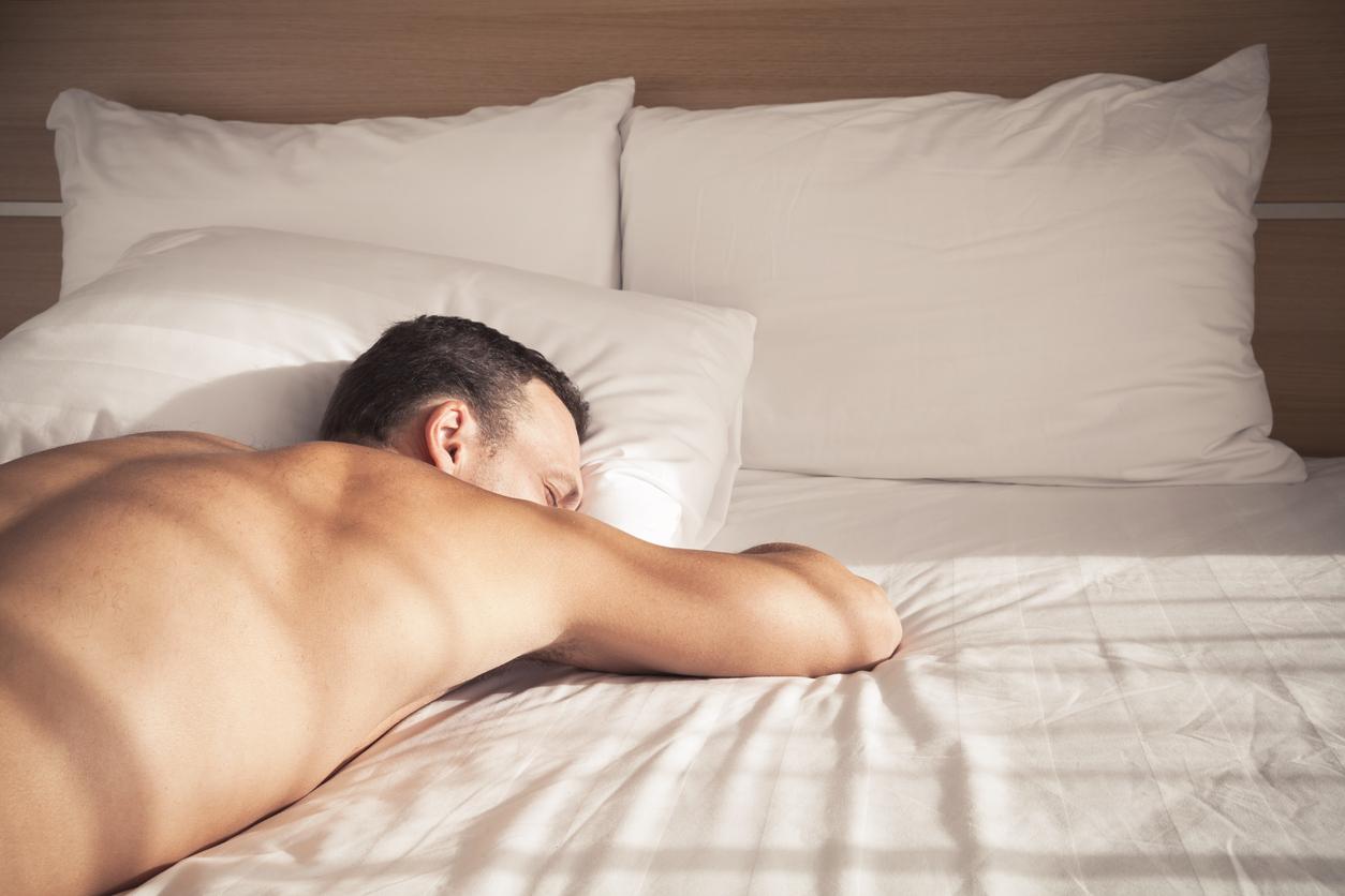 homme dormir nu sommeil