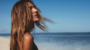 femme cheveux au vent plage mer été