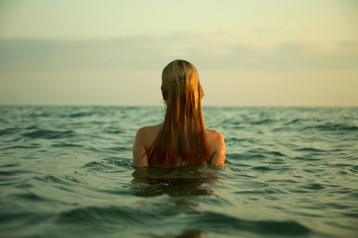 femme plage eau de mer natation nage baignade cheveux détachés