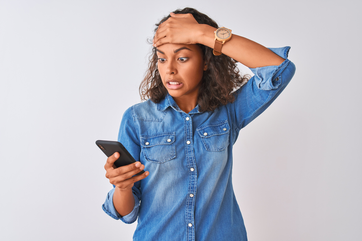femme téléphone inquiète facture téléphone problème